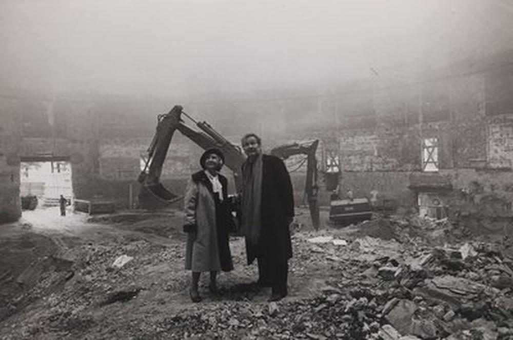 Madeleine Renaud et Jean-Louis Barrault dans les travaux du Rond-Point